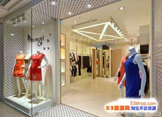 模特衣服的展示要和背景POP的展示和谐?-服装店的橱窗你了解多少